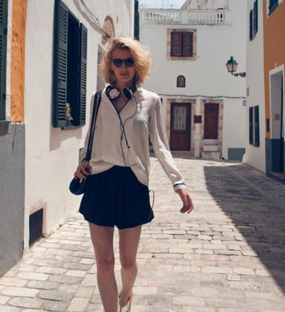 白色雪纺衬衫+黑色短裤+凉鞋
